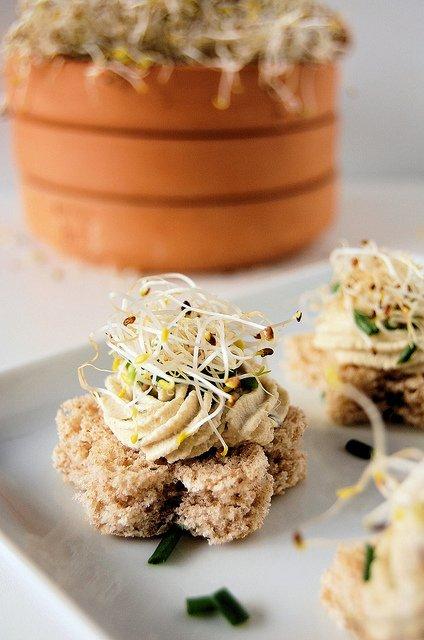 Canapè di crema di tofu e germogli di alfa alfa - Foto e ricetta di Yari Simone Prete, Cucchiaiodilegno.it